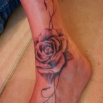 Tatouage rose au pied et cheville rose tattoo on foot