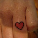 tatouage doigt articulation coeur rouge