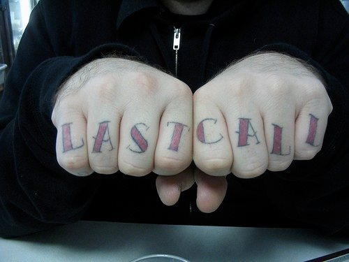 tatouage doigt articulation homme LAST CALL