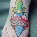 modele tatouage pied coeur love old-school