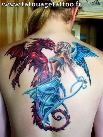 tatouage dragon et fee plein le dos femme blonde