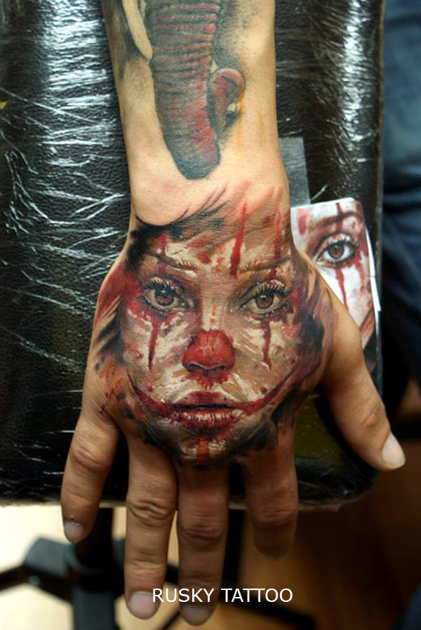 3d tatouage clown triste sur la main