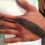 plume tatouage old school main doigt