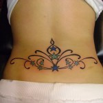 arabesque royale tatouage femme bas du dos