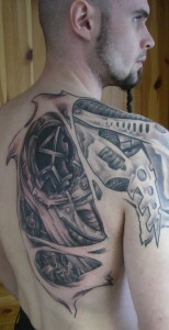 biomecanique tattoo omoplate homme