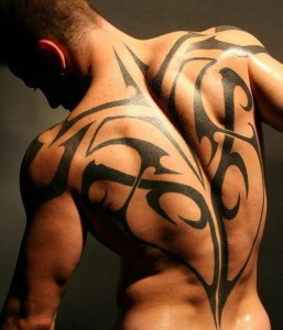 dos complet tatouage tribal homme