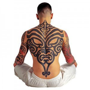 grand tatouage tribal dos complent homme