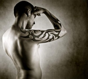 photo tatouage tribal homme bras complet