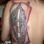 tatouage biomecanique dos omoplate homme
