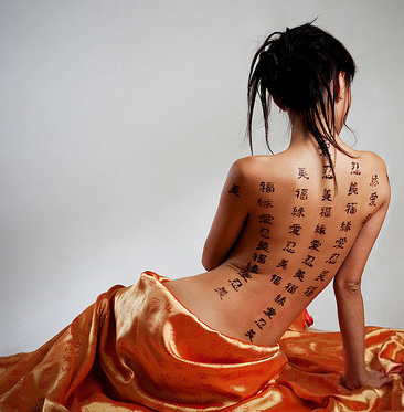 tatouage chinois phrases dos complet femme