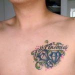 tattoo diamants et phrase sur torse